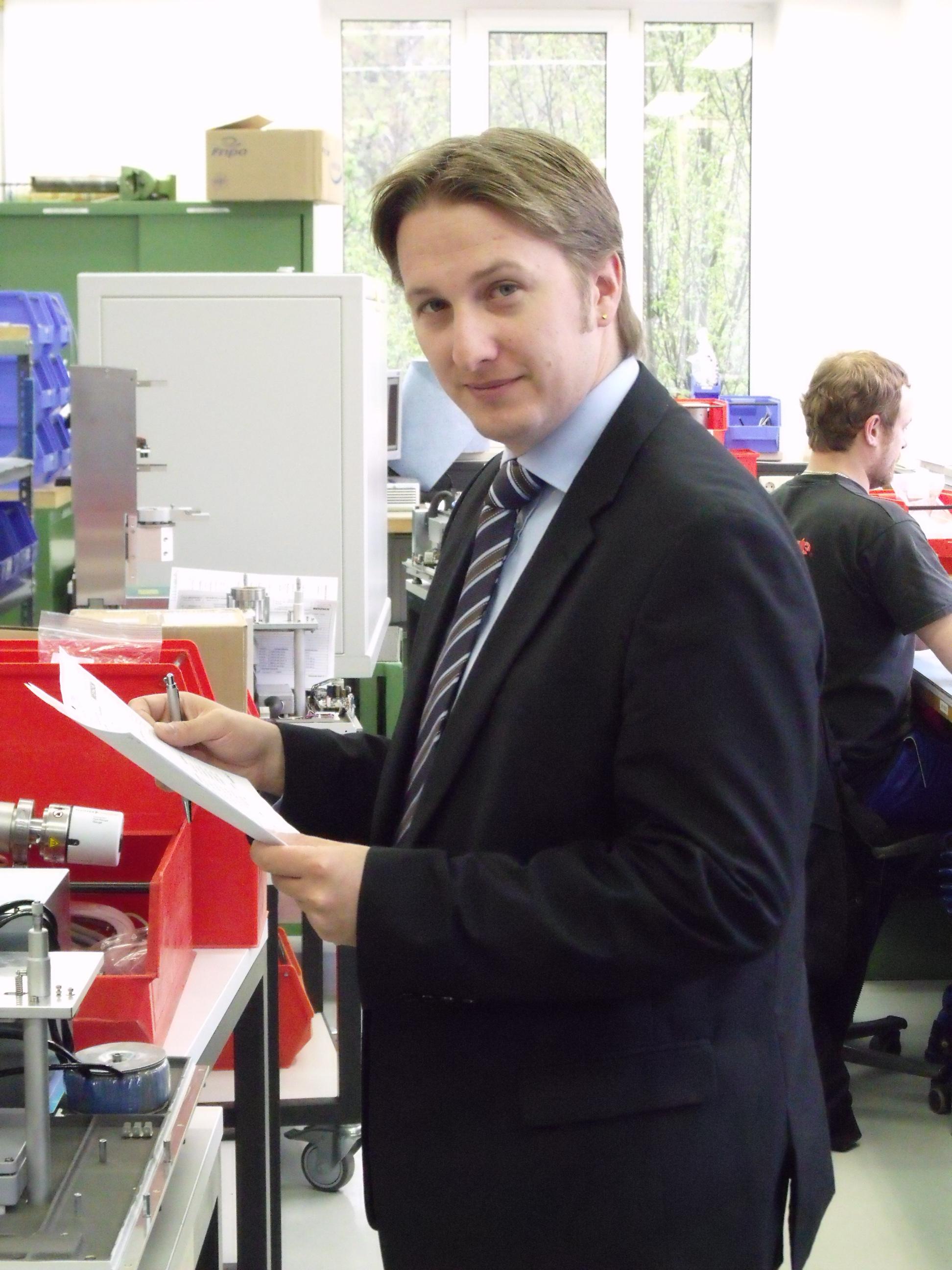 """Alexander Frenzl, Leiter Bereich Mechanical Engineering Gerätebau: """"Wenn ich eine Baugruppe fertig habe, drücke ich auf den Knopf und bin sicher, dass alle Teile auch auf der Stückliste stehen."""""""